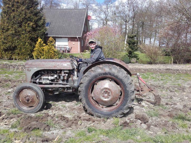 Freizeit Fricke Azubis: Till Wörmcke stolz auf seinem restaurierten Oldtimer-Trecker