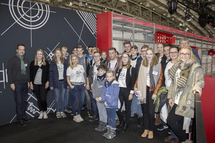 Gruppenfoto mit begeisterten Schülern und Studenten auf der Agritechnica Tour 2017